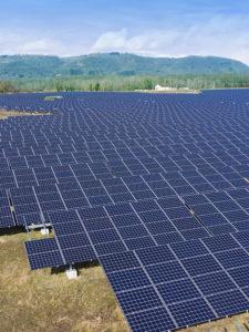 Photographie aérienne d'une centrale photovoltaïque